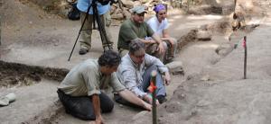 פרופ' דייויד סטיוארט מאוניברסיטת אוסטין שבטקסס ואנשי צוותו בחפירות המאיה בגוואטמאלה. צילום: אוניברסיטת טקסס