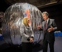"""סגנית ראש נאס""""א לורי גרייבר ונשיא ומייס חברת ביגלו אירוספייס, רוברט ביגלו, עומדים ליד דגם תא החלל המתנפח (BEAM) במהלך מסיבת עיתונאים ב-16 בינואר 2013. BEAM עומדת להיות משוגרת לתחנה ב-2015 לניסוי הדגמה טכנולוגית שיימשך שנתיים. צילום נאס""""א/ביל אינגלז"""