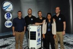 """אנשי צוות SpaceIL: כפיר דמארי, יונתן וינטראוב, סנדי חפץ והיו""""ר ינקי מרגלית, ביחד עם משנה למנכ""""ל בזק רן גוראון"""