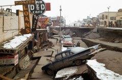 """בתמונה: נזק לעיר אנקורג' באלסקה לאחר רעידת אדמה שהתרחשה שם ב-27 במארס 1964, בו בזמן גם נרשמה פעילות שמש חלשה מהממוצע. צילום: צבא ארה""""ב."""