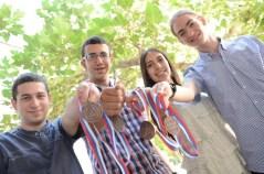 התלמידים הזוכים באולימפיאדת הכימיה עם המדליות. מימין לשמאל : רוני פרומקין, מרח זועבי, רועי איליה ואורי טייכמן.