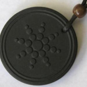 תליון אנרגיה סקלארית. מתוך אתר של אחת החנויות האינטרנטיות המוכרות את המוצרים מסוג זה, המבוססים על אבן לבה יפנית שחורה.
