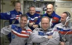 """צילום משותף של כל חברי הצוות ה-37 של תחנת החלל עם הגיעם שלו שלושת האסטרונאוטים ב-26 בספטמבר. צילום: נאס""""א"""