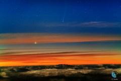 """השביט אייסון והפלנטה """"כוכב חמה"""" לפנות בוקר מעט לפני הזריחה בשמי האיים הקנאריים, ספרד."""