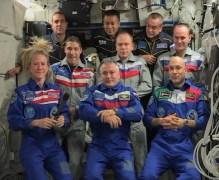 אסטרונאוטים מהצוותים 37,38 ו-39 במהלך מסיבת עיתונאים בתחנת החלל הבינלאומית. בשורה הקדמית, האמריקנית קארק נייברג, הרוסי פיודור יורצ'יכין והאיטלקי לוקה פרמיטאנו. בשורה השניה (גם כן משמאל לימין) האמריקני מייקל הופקינס, והרוסים אולג קטוטב וסרגי ריז'ינסקי. בשורה האחורית ריק מסרצ'ו האמריקני, קיוצ'י ואקאטה היפני והקסומונאוט הרוסי מיכאיל טיורינ. צילום מסך: NASA TV
