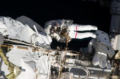 """חברי הצוות ה-35 כריס קאסידי (משמאל) ותום משבורן בהליכת חלל ב-11 במאי 2013 לסריקה והחלפה של תיבת בקרת השאיבה בתחנת החלל. צילום: נאס""""א."""