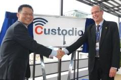 """יוסי וייס, מנכ""""ל התעשייה האווירית, ומר יו קיט צ'ואן (Yeoh Keat Chuan) מנכ""""ל EDB, בטקס השקת מרכז מו""""פ בתחום התרעה מוקדמת בסייבר בסינגפור."""