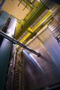 בתמונה הניסוי בנקודה התת קרקעית מס' 8 במאיץ ההדרונים הגדול (LHC). הצינור הגדול הוא המנהרה בה עוברת קרן ה-LHC שבה מסתחררים פרוטונים במהירות הקרובה למהירות האור. צילום: אנה פטנליה/CERN