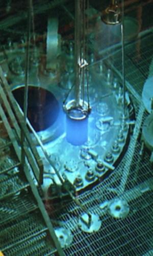 זוהר כחול של קרינת צ'רנקוב הנראית בכור האיזוטופים של המעבדה הלאומית אואק ריג' : Oak Ridge National Laboratory (ORNL) לאחר הפרדה וטיהור, יוצרה מטרת הברקליום לצורך הפקת היסוד ה-117.