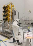 לווינים של O3b Networks מתודלקים במתקן ההרכבה לקראת שיגור. איור: O3b Networks