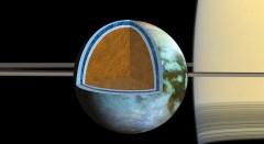 החוקרים גילו כי קליפת הקרח של טיטאן, השוכנת מעל אוקיאנוס מלוח מאוד משתנה בעובייה בין אזורים שונים של הירח הגדול של שבתאי, דבר המעיד על כך שהקרום נמצא בעיצומו של תהליך הקשחה. צילום: NASA/JPL -Caltech/SSI/Univ. of Arizona/G. Mitri/University of Nantes