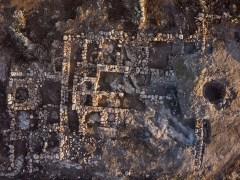 מבנה בית החווה שהתגלה בראש העין בשנת 2014. -צילום אוירי: SKYVIEW, באדיבות רשות העתיקות
