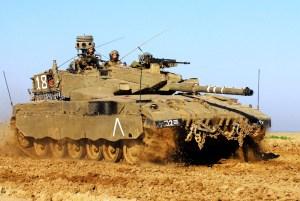"""חייל צה""""ל נוהג בטנק מרכבה, נובמבר 2008. צילום: shutterstock"""