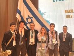 חברי המשלחת הישראלית לאולימפיאדת הכימיה בבאקו 2015 – (מימין לשמאל) איתי צביאלי, רון סולן, דר' איזנה ניגל-אטינגר, פרופ' זאב גרוס, רוני ארנזון ונדב גנוסר.