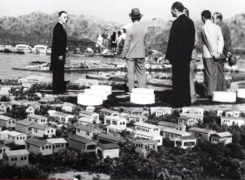 איגי צ'ובוראיה על סט אחד מסרטי גודזילה, שחקן מחופש נראה ענק על רקע עיר מיניאטורית. צילום מסך מתוך יוטיוב