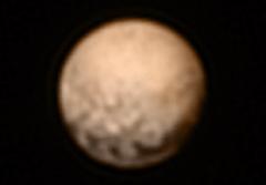 """תמונה צבעונית של פלוטו ממצלמות החללית ניו הוריזונס, 6/7/15. בתמונה רואים את הנקודות הכהות המסתוריות. צילום: נאס""""א"""