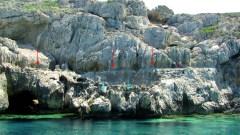 מדענים מחפשים שרידים של החופים העתיקים במערב כרתים. החיצים האדומים והכחולים מצביעים על החופים העתיקים שנוצרו במהלך 2,000 השנים האחרונות וכיום גבוהים עד 8 מטרים מפני המים. צילום: ואסילי מוסלופולוGFZ,