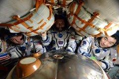 חברי הצוות ה-45 מתיישבים בחללית הסויוז שלהם לפני שובם לכדור הארץ. משמאל לימין: קייל לינגרן האמריקי, אולג קונוננקו מרוסיה וקימאיה יואי מסוכנות החלל היפנית