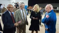 """קלי עם ג'יל ביידן, ד""""ר ג'ון הולדרן מהבית הלבן ועם מנהל נאס""""א צ'ארלס בולדין(צילום: נאס""""א)"""