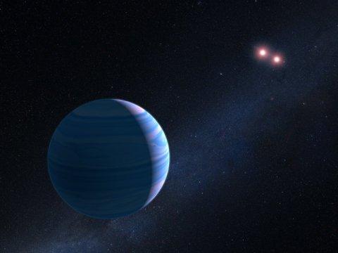 אסטרונומים שהשתמשו בטלסקופ החלל האבל ובתעלול של הטבע, אישרו את קיומו של כוכב לכת המקיף שני כוכבים במערכת OGLE-2007-BLG-349, הממוקמת 8,000 שנות אור מאיתנו לכיוון מרכז הגלקסיה שלנו. התצפיות הן הראשונות בהן התגלתה מערכת של שלושה גופים באמצעות טכניקת מיקרו עידוש