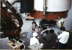 רובין יחד עם קנט פורד בוחנים את הציוד במצפה לוול בשנת 1965. מקור: Carnegie Institution, Department of Terrestrial Magnetism.