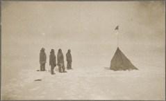רואלד אמונדסן וצוותו צופים בדגל הנורבגי בקוטב הדרומי, 14 בדצמבר 1911. מתוך ויקיפדיה