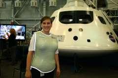 """הדגמת חליפת הקרינה של StemRed הישראלית ליד דגם החללית אוריון של נאס""""א. צילום: רועי שלומי, משרד המדע"""