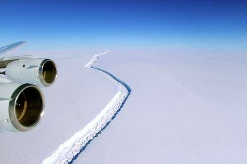 """הסדק במדף הקרח לארסן ג'. תצלום: נאס""""א."""
