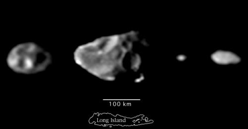 """אם מסתכלים בקצה השמאלי של הירחון, השני משמאל, אפשר לראות את קטע המכתש החסר. מקור: נאס""""א."""