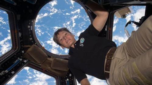 """האסטרונאוטית ד""""ר פגי וויטסון בתחנת החלל הבינלאומית. צילום: נאס""""א"""