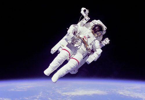 אסטרונאוט אמריקאי בחליפת חלל לבנה להליכות חלל, שהוספה לה יחידת הנעה עצמאית (Manned Maneuvering Unit), שאפשרה לאסטרונאוט להתרחק ממעבורת החלל. השימוש ביחידת ההנעה העצמאית היה מוגבל מאד, ונעשה בה שימוש רק שלושה פעמים ב-1984. צילום: NASA.