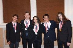 נבחרת הפיזיקה, עם המדליות, באינדונזיה. צילום: ניצן ארצי, באדיבות משרד החינוך.