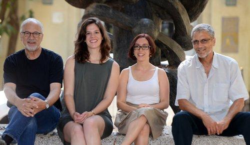 """מימין: פרופ' אהוד אחישר, ד""""ר דנה שרמן, טס אורם ופרופ' דוד הראל. סוגרים מעגל. מקור: מגזין מכון ויצמן."""