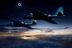 """תמונה מורכבת של מטוסי WB-57F וליקוי חמה. במהלך ליקוי החמה יעקבו חברי צוות מדענים במימון נאס""""א אחר עטרת השמש באמצעות טלסקופים המוצבים על גבי שני מטוסי המחקר של נאס""""א מדגם WB-57F. נקודת תצפית זו מספקת יתרונות ברורים על פני תצפיות קרקעיות, כפי שמודגם בתמונה המורכבת הזאת של המטוס על רקע החמה של 2015 באיי פארו. איור: נאס""""א / איי פארו / SWRI"""