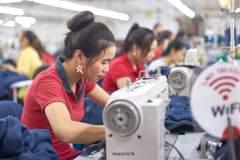 """""""המונח 'אתיקת עבודה פרוטסטנטית' שצמח עם המהפכה התעשייתית, ייעלם עם מהפכת הבינה המלאכותית והרובוטיקה"""". בתמונה: תופרות במפעל בלאוס. צילום: ILO/Jean‐Pierre Pellissier."""