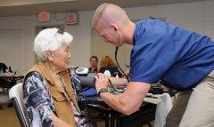 """לפי ד""""ר אורית גולדמן, התבונה המלאכותית מאפשרת לחזות קשישים הצפויים להתדרדר כדי למקד את הטיפול בהם. תמונת אילוסטרציה. מקור: U.S. Air Force photo."""