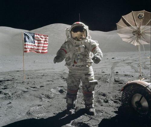 האסטרונאוט ג'ין סרנן על קרקע הירח, ליד דגל אמריקאי כלצידו מבצבץ רכב הנדידה הירחי, דצמבר 2017. טקס ההכרזה על החזרה האמריקאית לירח התבצע אתמול, 11 בדצמבר, ביום בו צוינו 45 שנה לנחיתת אפולו 17 על קרקע הירח , המשימה המאוישת האחרונה בתוכנית אפולו. מקור: NASA / Harrison H. Schmitt.
