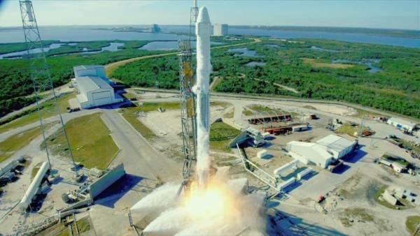 רגע ההמראה של משגר הפאלקון 9 המשומש, ובחרטומו חללית הדרגון המשומשת, על כן השיגור SLC-40 בבסיס חיל האוויר קייפ קנוורל בפלורידה, מקור: NASA.