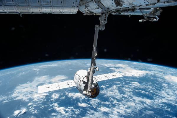 חללית הדרגון המשומשת ששוגרה אתמול, בצילום מהמשימה הקודמת שלה לתחנת החלל הבינלאומית, באפריל 2015. צילום: NASA.