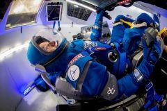 """אסטרונאוט נאס""""א לשעבר כריס פרגוסון מדגמן את החליפה החדשה של בואינג בתוך דגם של החללית סטאליינר. החליפה החדשה מציגה חידושים טכנולוגיים הנותנים לה גמישות רבה יותר ומפחיתים ממשקלה. מקור: בואינג."""