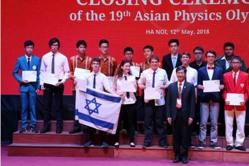 נבחרת ישראל לאולימפיאדת אסיה לנוער בפיזיקה שהתקיימה במאי 2018 בויאטנם. צילום: מרכז מדעני העתיד.