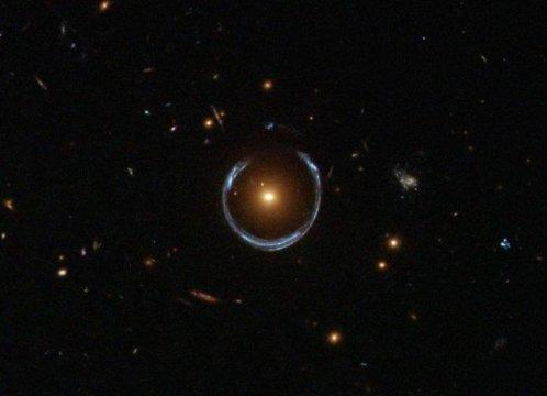 """עדשת הכבידה של גלקסיית LRG 3-757 שצולמה במצלמת השדה הרחב מס' 3 של טלסקופ החלל האבל. צילום: נאס""""א/ESA / טלסקופ החלל האבל"""