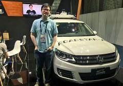 """שיאנצ'או טונג, מנכ""""ל ומייסד במשותף של Roadstar AI, ליד רכב עם הטכנולוגיה של החברה בכנס CES Asia. צילום: אבי בליזובסקי"""