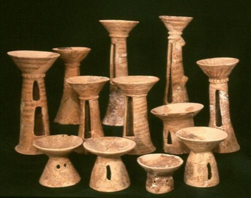 מקטרים מהתקופה הכלקוליתית שנמצאו במערת פקיעין (צילום: מריאנה זלצברגר, באדיבות רשות העתיקות)
