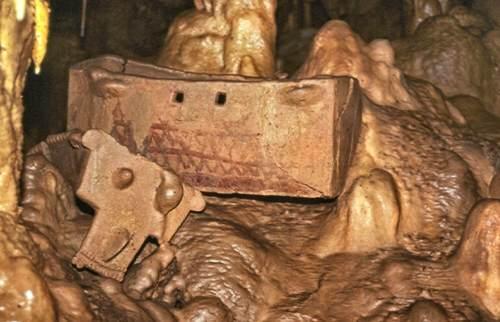 ארון קבורה מהתקופה הכלקוליתית במערת פקיעין (צילום: מריאנה זלצברגר, באדיבות רשות העתיקות)