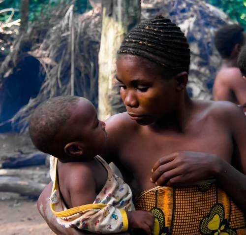 אישה וילד משבט הבאקה בקמרון. צילום: Shutterstock.com
