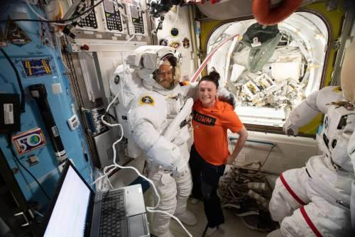 """האסטרונאוטית סרינה אוניון-צ'נסלור מנאס""""א, מסייעת לאלכסנדר גרסט מסוכנות החלל האירופית ללבוש את חליפת החלל לקראת הליכת חלל. השניים ביחד עם סרגיי פרוקופייב הרוסי נמצאים בתחנת החלל הבינלאומית כאשר הצוות שאמור היה לתגברם חזר לכדור הארץ בנחיתת חרום ביום חמישי 11/10/18. צילום: נאס""""א"""