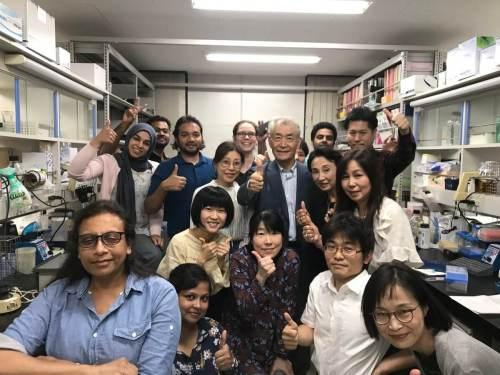 חתן פרס נובל לרפואה לשנת 2018, טסוקו הונג'ו, מוקף בצוות המחקר שלו במעבדתו באוניברסיטת טוקיו, מיד לאחר רגע הכרזת הזכייה שלו בפרס נובל לרפואה לשנת 2018. מתוך חשבון הטוויטר שלו