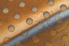 תמונה המציגה את העיגולים על גבי יריעת גרפן הנפרדים אחת מהשנייה בעקבות לחץ. [באדיבות: Felice Frankel]