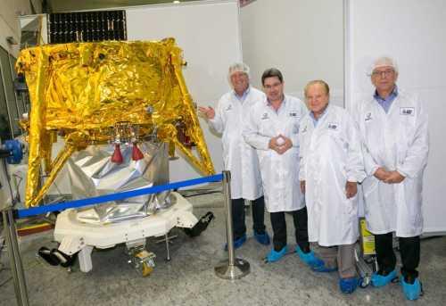 """מימין לשמאל: ד""""ר עידו ענתבי, מנכ""""לSpaceIL ; מוריס קאהן, נשיא; SpaceIL אופיר אקוניס, שר המדע והטכנולוגיה; ועפר דורון, מנהל מפעל חלל בתעשייה האווירית. (צילום: אלון רון)"""